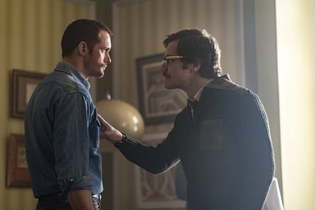Alexander Skarsgård as Becker, Michael Shannon as Kurtz - The Little Drumer Girl _ Season 1, Episode 4