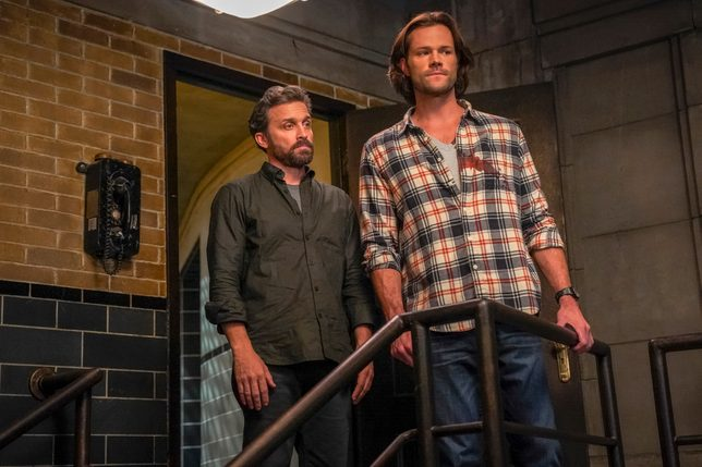 """Supernatural — """"The Trap"""" — Image Number: SN1509A_0072bc.jpg — Pictured (L-R): Rob Benedict as Chuck and Jared Padalecki as Sam"""